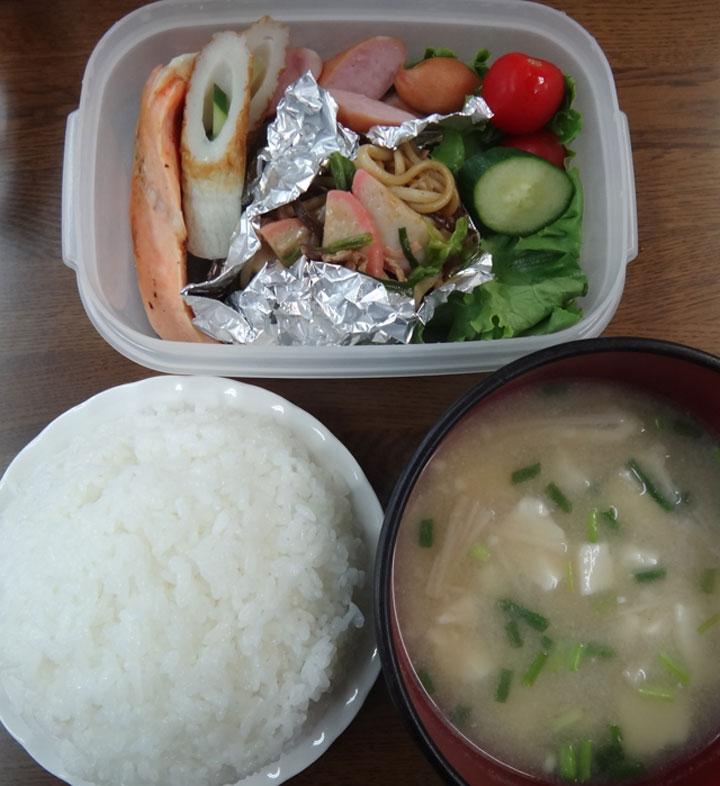 株式会社日食 今日のお昼ごはん ごはん 味噌汁 焼鮭 竹輪の胡瓜詰め 焼きそば ウインナー レタス きゅうり ミニトマト