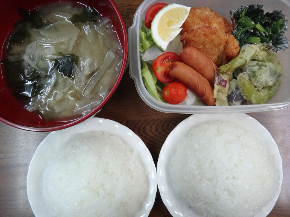 株式会社日食 今日のお昼ごはん ごはん 味噌汁 チキンカツ 天ぷら ししとう さつまいも ピーマン なす ウインナー ほうれん草の胡麻和え たまねぎ レタス ミニトマト かぼす