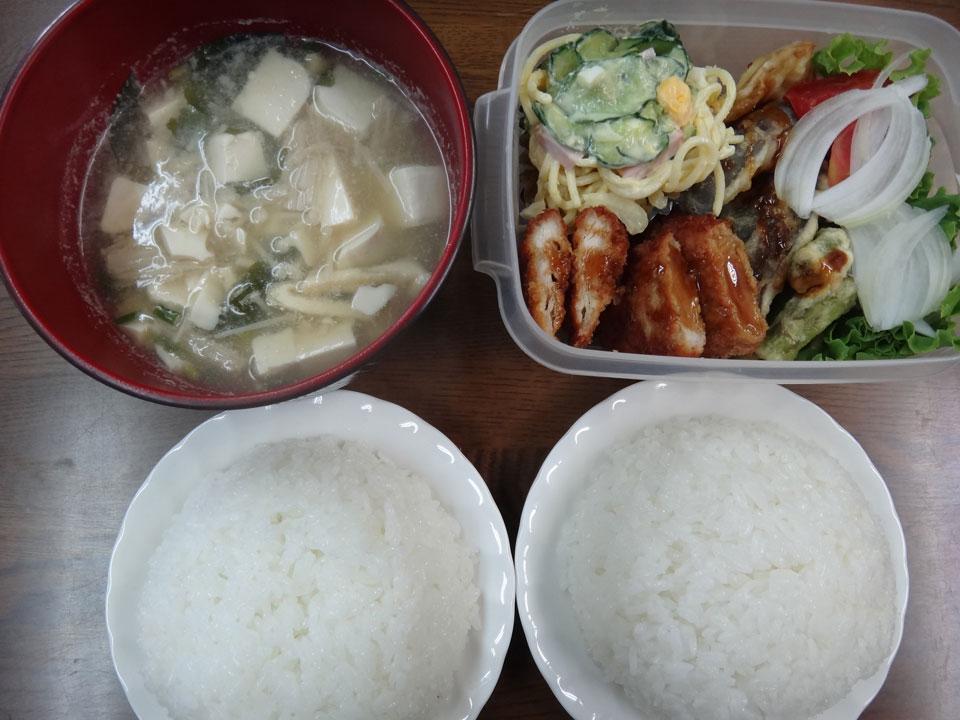 株式会社日食 今日のお昼ごはん ごはん 味噌汁 チキンカツ 天ぷら ししとう パプリカ スパゲッティサラダ レタス 玉葱 トマト