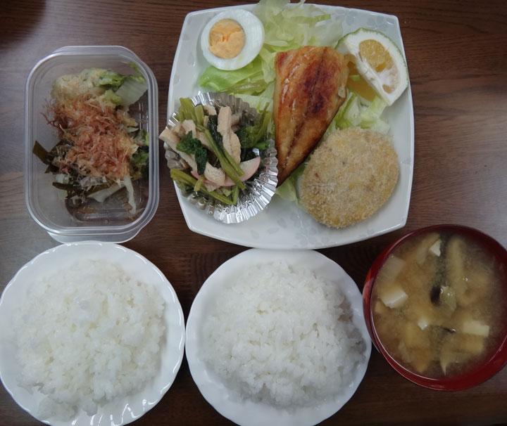 株式会社日食 今日のお昼ごはん ごはん 味噌汁 手作りコロッケ 鯖の干物 小松菜と油揚げの煮浸し ゆでたまご レタス 白菜の漬物