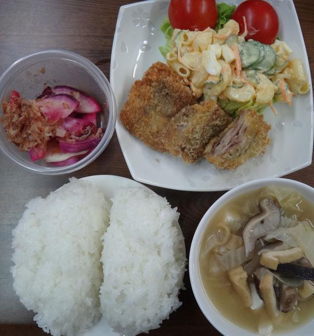 株式会社日食 今日のお昼ごはん ごはん 味噌汁 豚肉のミルフィーユカツ マカロニサラダ トマト 赤蕪の漬物