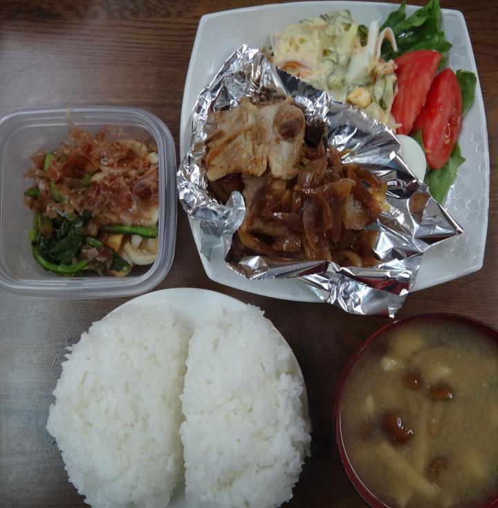株式会社日食 今日のお昼ごはん ごはん 味噌汁 ぶたの生姜焼き ポテトサラダ レタス トマト かぶの漬物