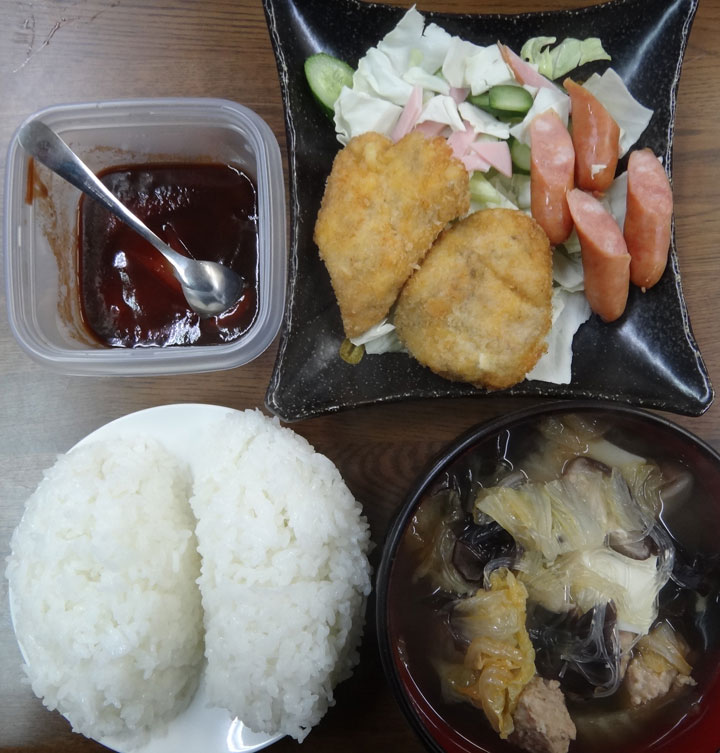 株式会社日食 今日のお昼ごはん ごはん 鶏つくねスープ チキンカツ ウインナー ハム キャベツ きゅうり