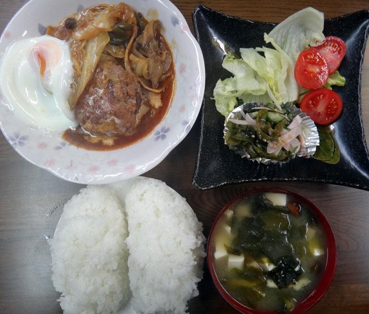 株式会社日食 今日のお昼ごはん ごはん 味噌汁 煮込みハンバーグ きゅうりとワカメの酢の物 レタス トマト