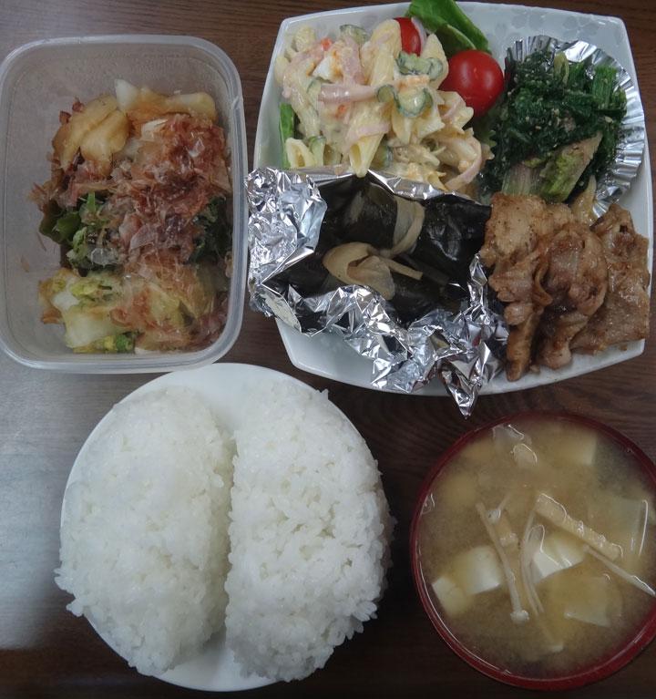 株式会社日食 今日のお昼ごはん ごはん 味噌汁 豚の生姜焼き 昆布巻き ほうれん草の胡麻和え マカロニサラダ ミニトマト 白菜の漬物
