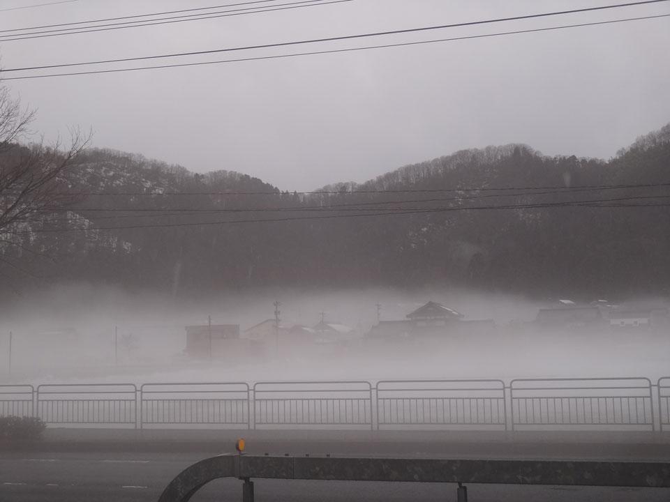 株式会社日食 国道8号線 福井県越前市 雨に煙る雪景色