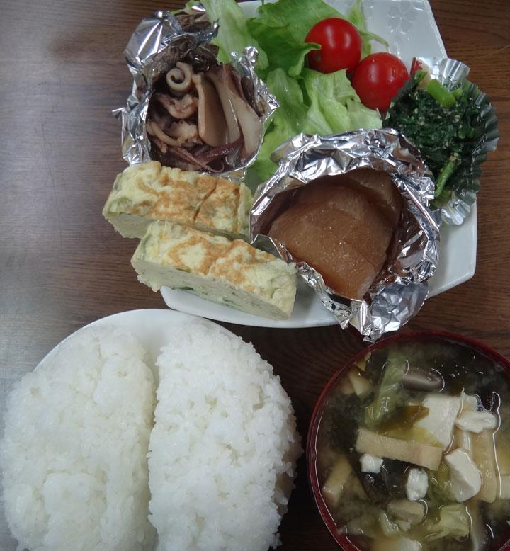 株式会社日食 今日のお昼ごはん ごはん 味噌汁 玉子焼き 大根の煮物 イカの煮物 ほうれん草の胡麻和え レタス ミニトマト