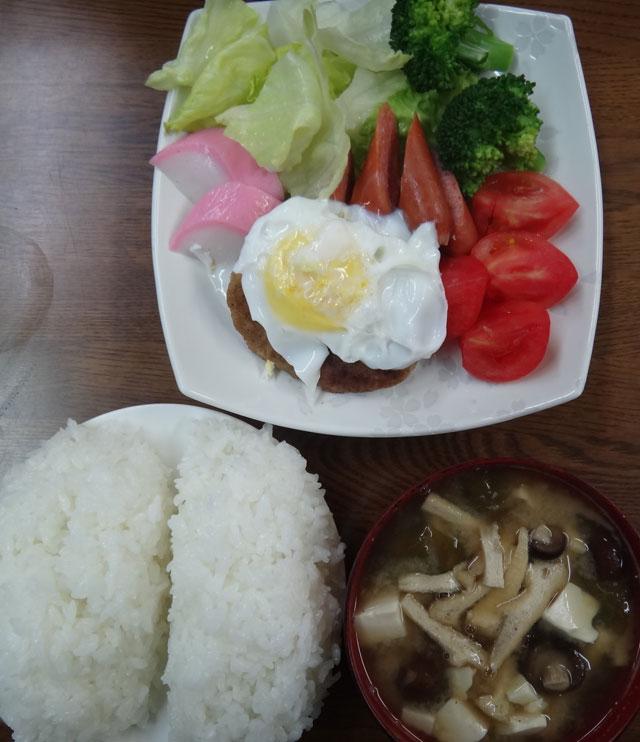 株式会社日食 今日のお昼ごはん ごはん 味噌汁 阿武むつみ豚のハンバーグ ウインナー かまぼこ ブロッコリー レタス トマト