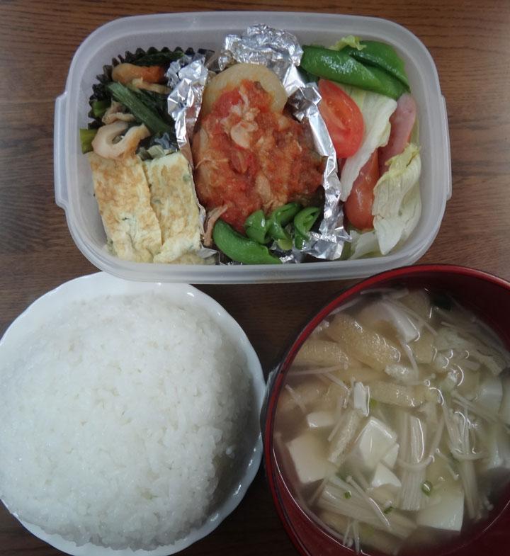 株式会社日食 今日のお昼ごはん ごはん 味噌汁 玉子焼き 鶏肉のトマトソース煮込み  小松菜と油揚げの煮浸し ウインナー レタス トマト スナップエンドウ