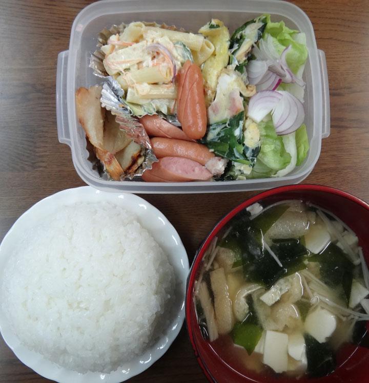 株式会社日食 今日のお昼ごはん ごはん 味噌汁 干物 ウインナー オムレツ マカロニサラダ 紫玉ねぎ レタス