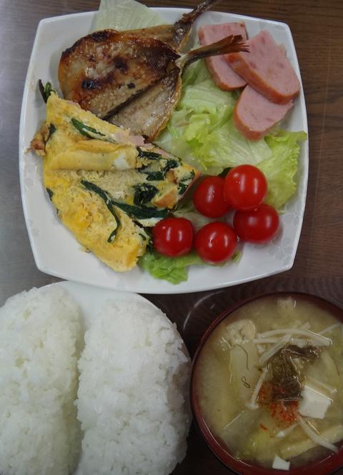 株式会社日食 今日のお昼ごはん ごはん 味噌汁 ハム オムレツ 鯵の干物 サラダ