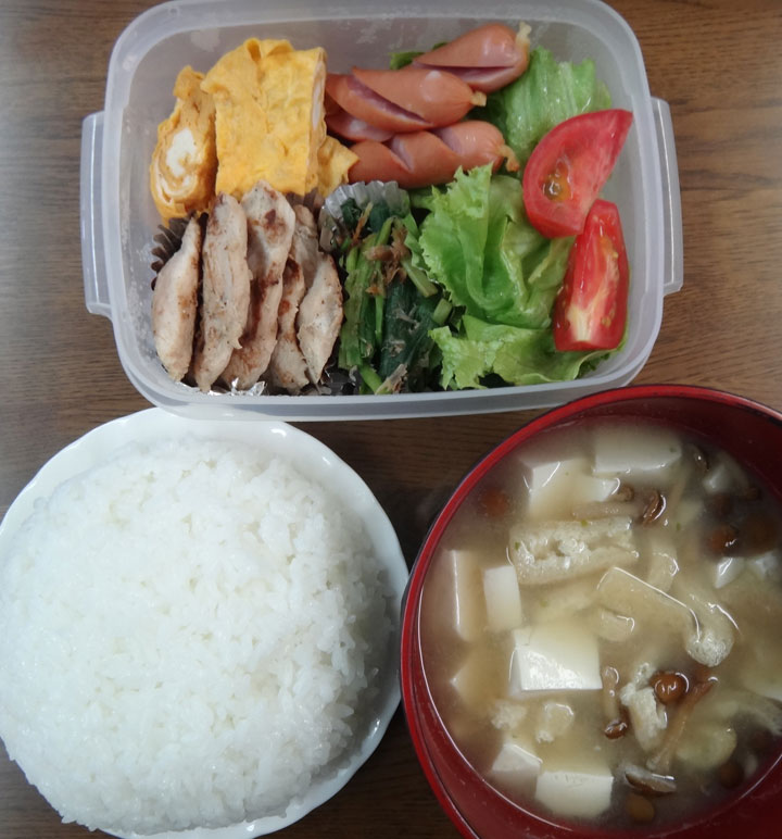 株式会社日食 今日のお昼ごはん ごはん 味噌汁 鶏ささみ焼き 玉子焼き ニラのおひたし ウインナー レタス トマト