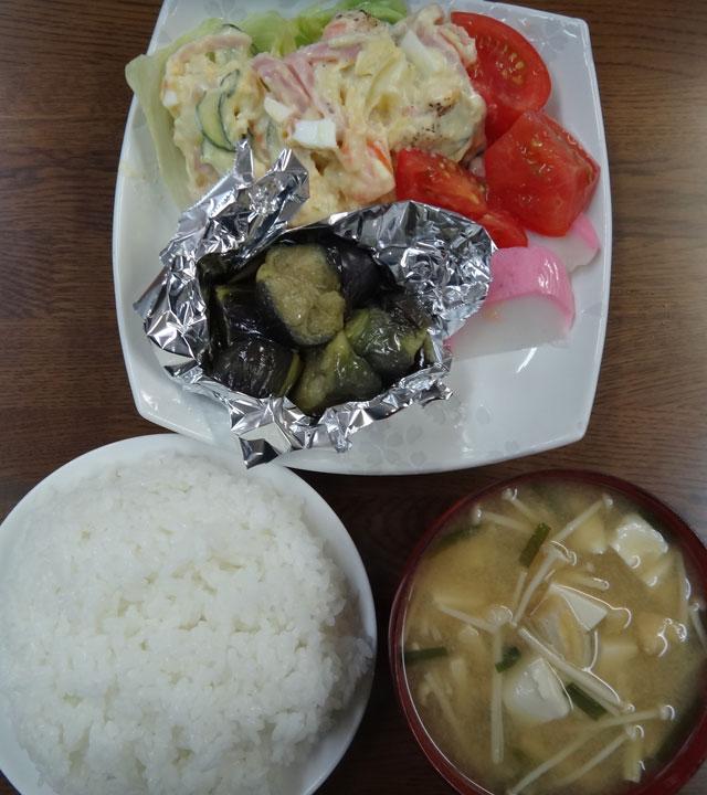 株式会社日食 今日のお昼ごはん ごはん 味噌汁 なすの煮浸し ポテトサラダ かまぼこ トマト