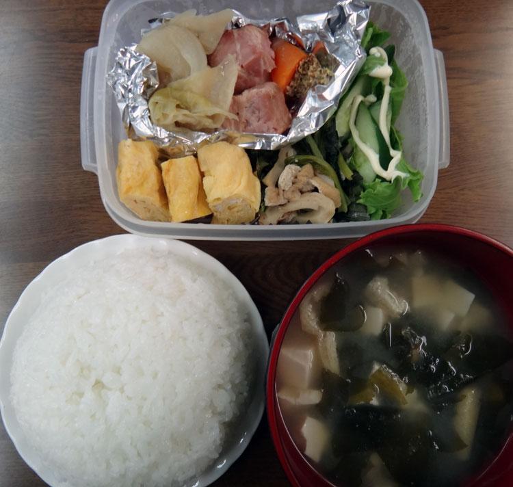 株式会社日食 今日のごはんの試食 ごはん 味噌汁 ポトフ 玉子焼き 小松菜と油揚げの煮浸し きゅうり レタス