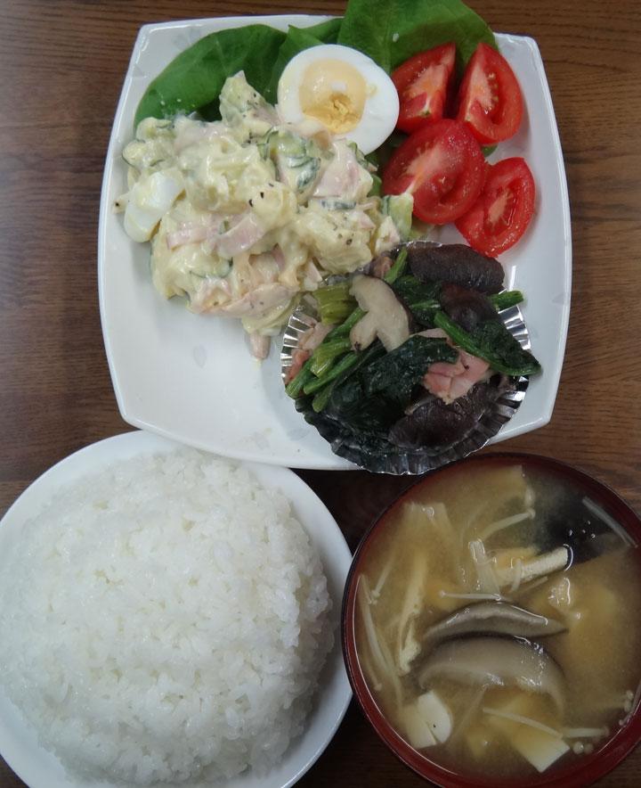 株式会社日食 今日のお昼ごはん ごはん 味噌汁 ポテトサラダ ベーコン・ほうれん草・しいたけ 和風炒め トマト ゆでたまご レタス