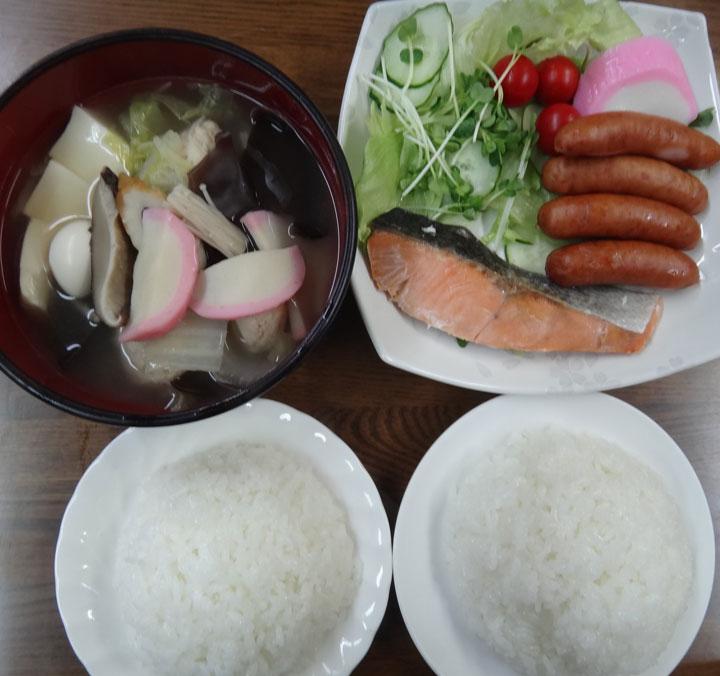 株式会社日食 今日のお昼ごはん ごはん 具だくさんスープ 紅鮭 ウインナー かまぼこ きゅうり カイワレダイコン レタス