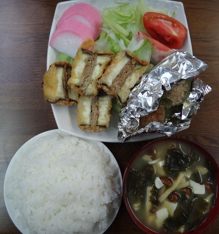 株式会社日食 今日のお昼ごはん ごはん 味噌汁 なすの挽肉はさみ揚げ ピーマンの肉詰め かまぼこ サラダ
