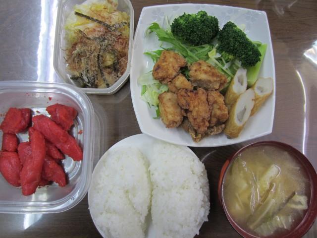 今日のお昼ごはん コメショウ ごはん 味噌汁 唐揚げ サラダ 辛子明太子 白菜の漬物