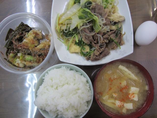 今日のお昼ごはん コメショウ ごはん 味噌汁 すきやき 白菜の漬物