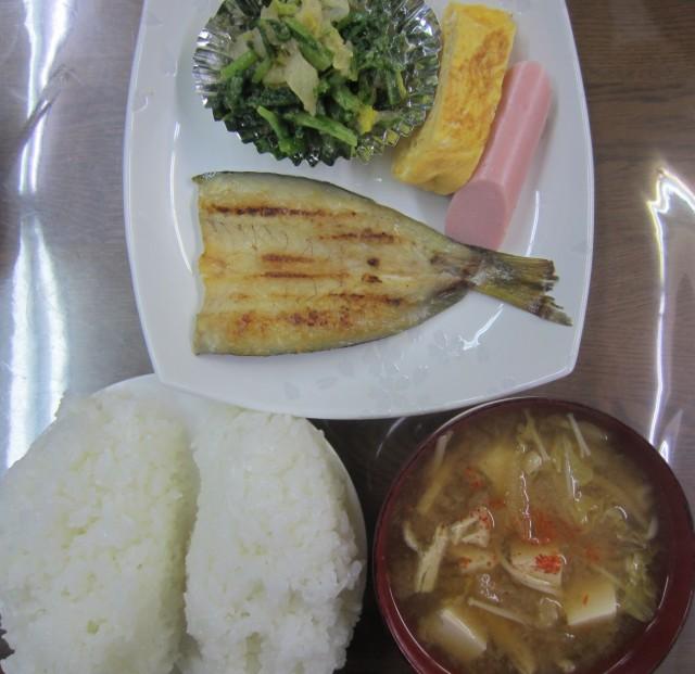 コメショウ 今日のお昼ごはん ごはん 味噌汁 カマスの干物 ソーセージ 玉子焼き 春菊と白菜のおひたし