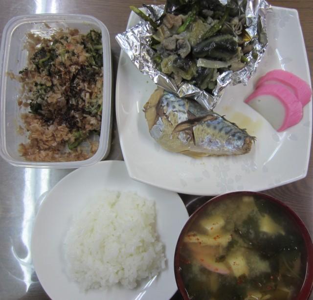 コメショウ 今日のお昼ごはん ごはん 味噌汁 鯖の煮物 かまぼこ 豚肉と茄子の炒め 自家製高菜漬け