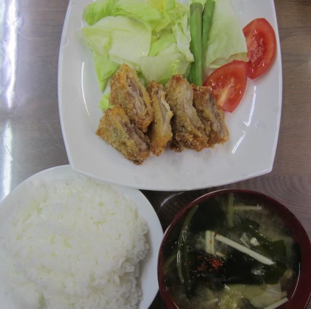 コメショウ 今日のお昼ごはん ごはん 味噌汁 豚バラカツ サラダ