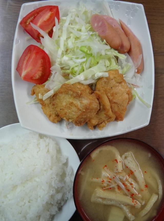 コメショウ 今日のお昼ごはん ごはん 味噌汁 チキン南蛮 サラダ