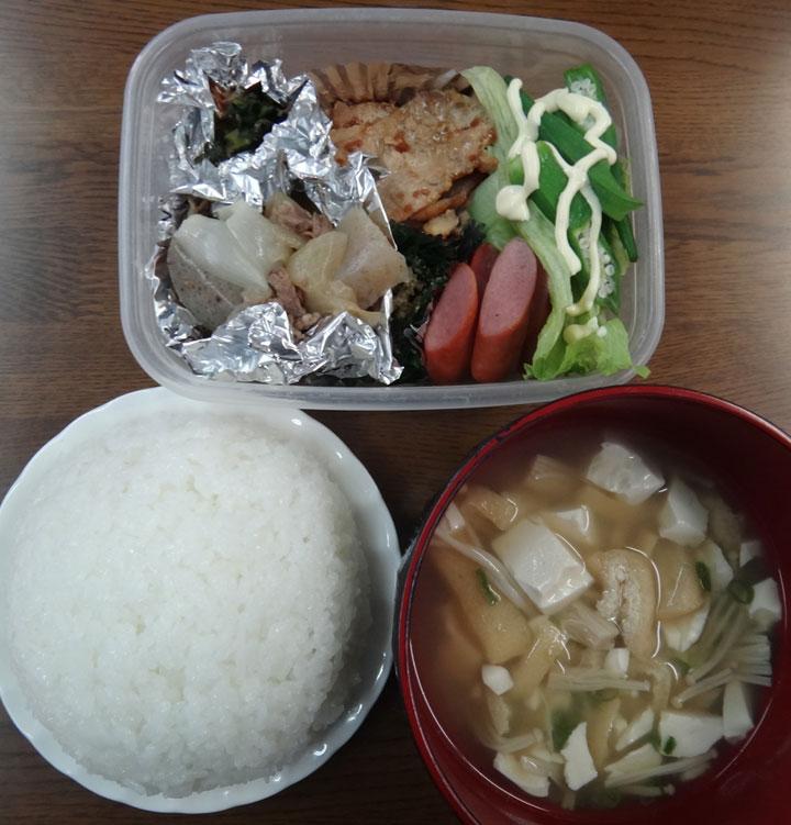 株式会社日食 今日のごはんの試食 ごはん 味噌汁 肉じゃが 豚肉の生姜焼き ウインナー 高菜の漬物 ニラのお浸し オクラ レタス