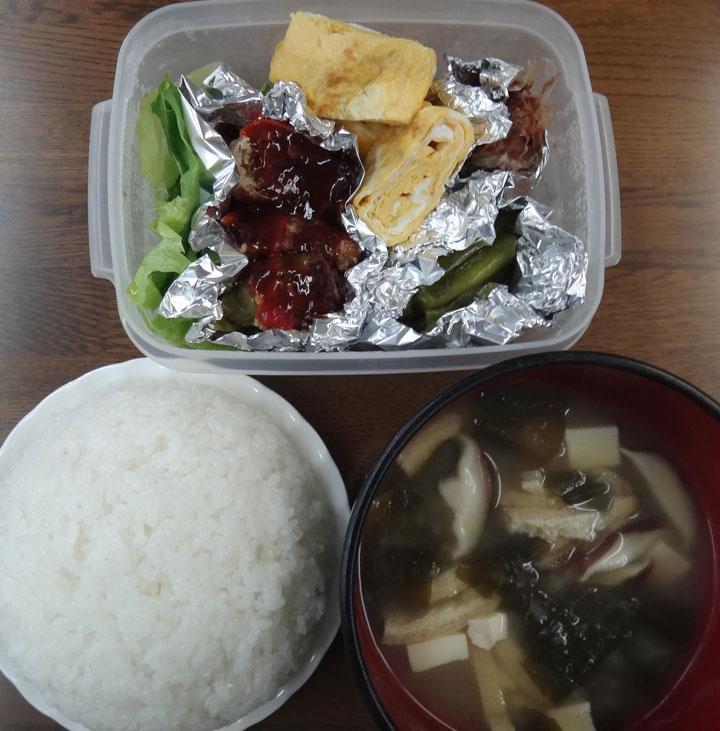 株式会社日食 今日のごはんの試食 ごはん 味噌汁 パプリカの肉詰め 万願寺とうがらしの煮浸し 玉子焼き 高菜の漬物 レタス