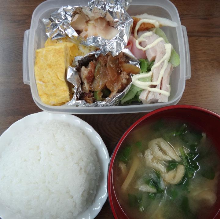 株式会社日食 今日のお昼ごはん ごはん 味噌汁 豚の生姜焼き 玉子焼き 新生姜の甘酢漬け ちくわ レタス ハム 鶏ささみ