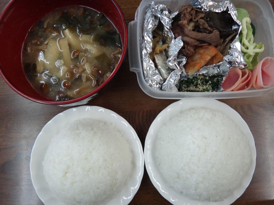 株式会社日食 今日のお昼ごはん ごはん 味噌汁 鰯の煮付け すき焼き ほうれん草の胡麻和え ハム レタス