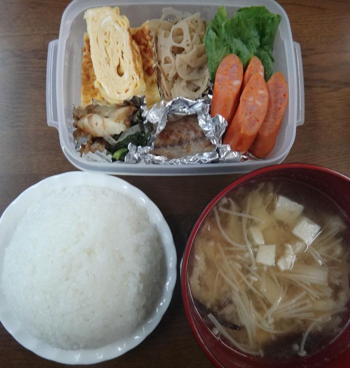 株式会社日食 今日のお昼ごはん ごはん 味噌汁 玉子焼き 蓮根のきんぴら 塩鯖 ピリ辛ウインナー 蕪の漬物 レタス