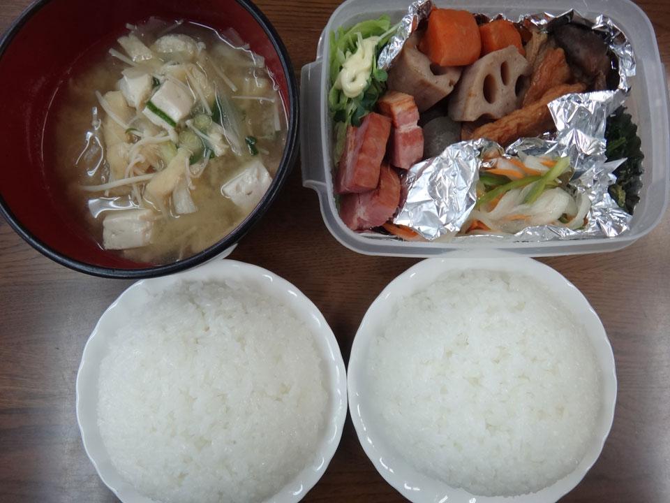 株式会社日食 今日のお昼ごはん ごはん 味噌汁 鯵の南蛮漬け ほうれん草のお浸し れんこんの筑前煮 レタス カイワレダイコン