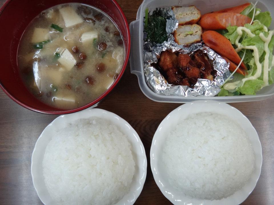株式会社日食 今日のお昼ごはん ごはん 味噌汁 チキンカツ 蓮根のはさみ揚げ ピリ辛ウインナー ほうれん草のお浸し レタス
