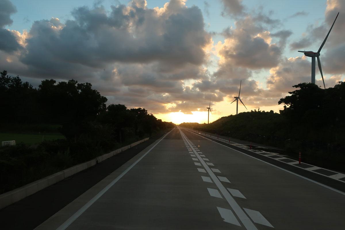 株式会社日食 国道9号線 鳥取県東伯郡北栄町 風力発電 風車 夕景