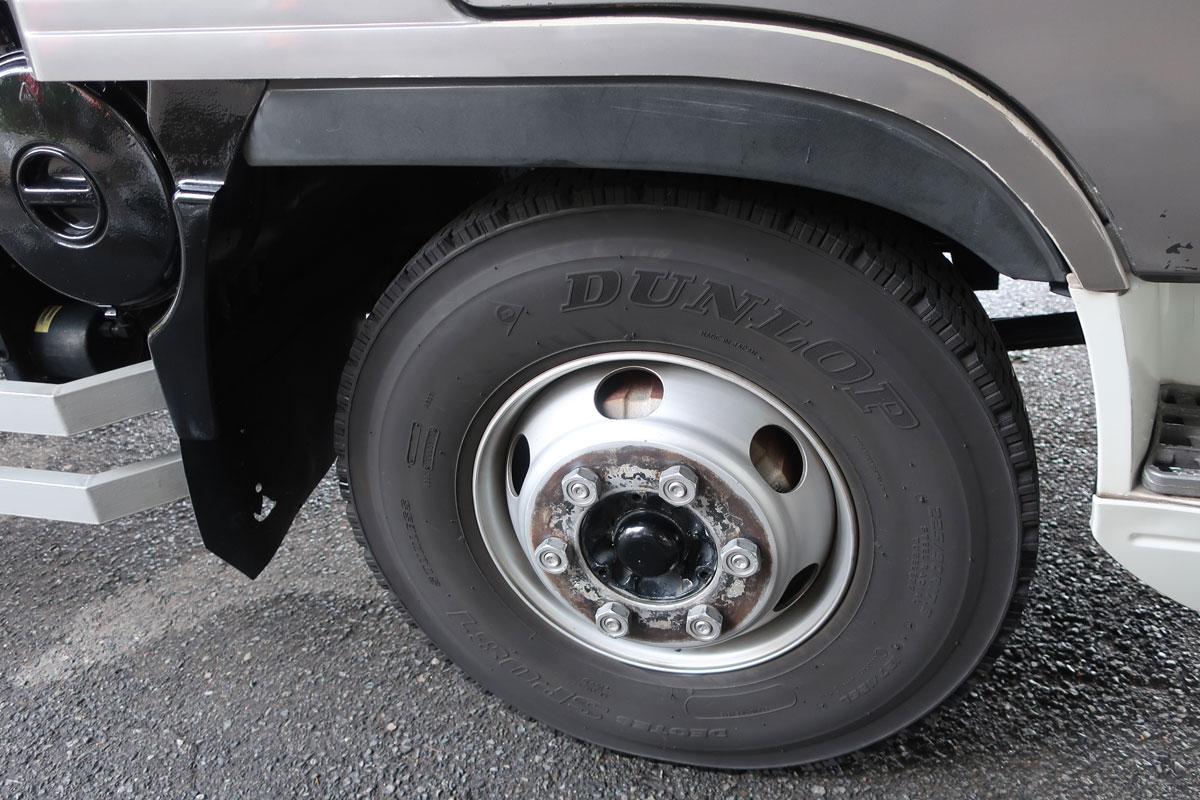 株式会社日食 タイヤローテーション トラック ホイール 洗浄 錆取り 右前輪
