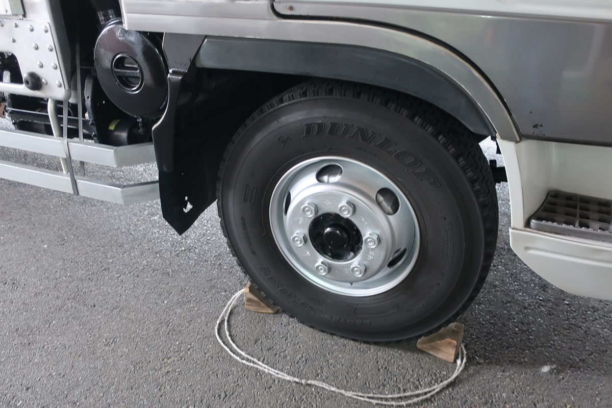 株式会社日食 タイヤローテーション トラック ホイール 右前輪 カンペハピオ ALESCO Kラッカースプレー 銀色